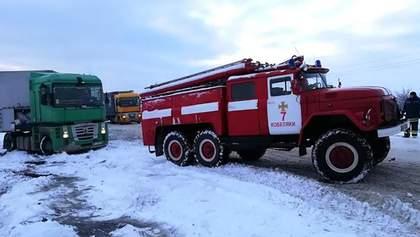 Снігопади скували Україну: на дорогах – довжелезні затори, ДТП і застряглі авто