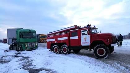 Снегопады сковали Украины: на дорогах – длинные пробки, ДТП и застрявшие автомобили