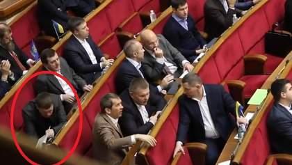 Прикрыл руку газетой: очередное кнопкодавства депутата Горвата в Раде – видео