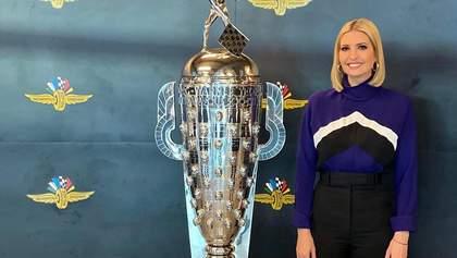 В водолазке и классических штанах: Иванка Трамп посетила автодром