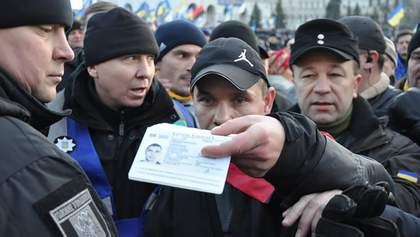 """Мужчину, который бросал яйцами в участников вече на Майдане, внесли в базу """"Миротворца"""""""