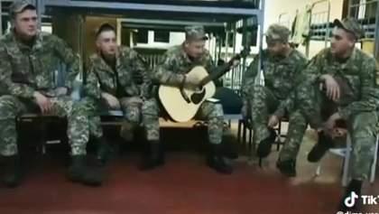 Українські військові-строковики виконали російську пісню про війну в Чечні: відео