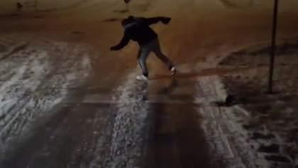 Мощный ураган сбивает туриста с ног в Исландии: шокирующее видео
