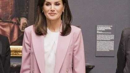 У рожевому костюмі Hugo Boss: стильний образ іспанської королеви Летиції