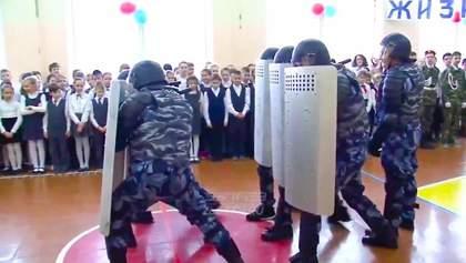 Российских детей в школе учат, как правильно бить митингующих: видеодоказательство
