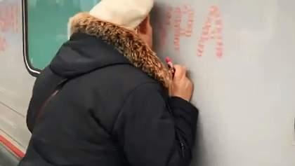Пожилая женщина зацеловала красными губами первый поезд из России, проехавший по Крымскому мосту