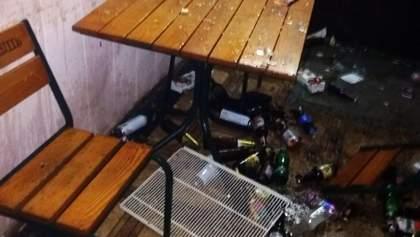 Націоналісти в масках Санта-Клаусів розгромили кілька кафе у Маріуполі: відео