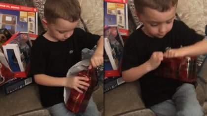 Хлопчик отримав на Різдво подарунок, через який не зміг стримати сліз: зворушливе відео