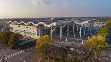 Мужчина протаранил шлагбаум в Одесском аэропорту и заявил о минировании: появилось видео