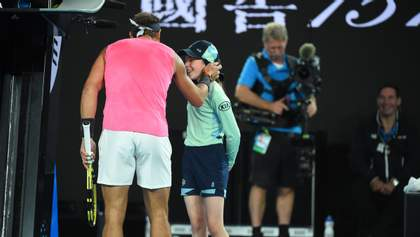 Надаль поцеловал девочку на Australian Open и подарил бандану: теннисист попал в нее мячом