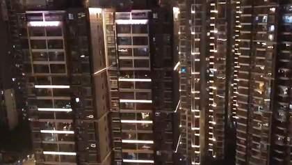Жители изолированного из-за коронавируса Уханя устроили флешмоб в свою поддержку: видео