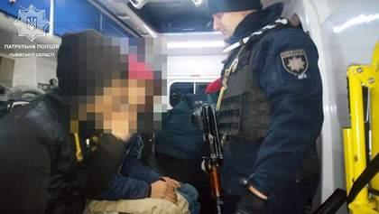 На ящиках із яблуками та у холоді: чотирьох нелегалів знайшли у фурі біля Львова