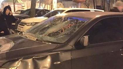 Отомстил, потому что достало: в Киеве прохожий разбил припаркованное авто – появилось видео