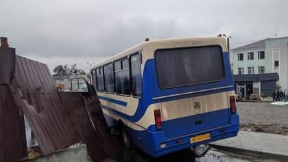 Водитель автобуса со школьниками умер за рулем, машина влетела в забор: фото и видео
