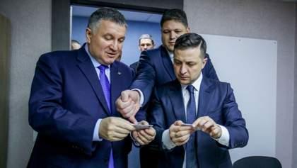 Зеленський першим з українців отримав електронний підпис на чіп: фото