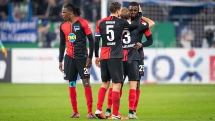 У Німеччині футболіст розплакався на полі через расизм, а потім отримав вилучення: відео