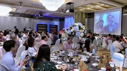 Коронавирус в Китае: молодожены из Сингапура провели собственную свадьбу по видеотрансляции