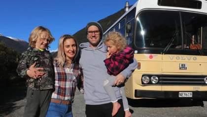 Пара превратила школьный автобус на удобный дом на колесах, чтобы путешествовать с детьми: фото