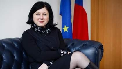 Віцепрезидентка Єврокомісії заявила, що Путін за один день може повернути Крим Україні