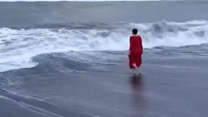 Ніхто не знає, навіщо: Савченко скупалася в Північному льодовитому океані – відео