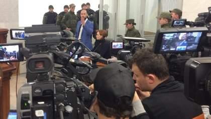 Попри протести: суд залишив Юлію Кузьменко під арештом – фото, відео