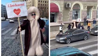 Мужчина в костюме члена поздравляет прохожих с Днем Валентина в Харькове: видео