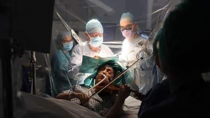 Скрипалька грала на інструменті, коли їй видаляли пухлину у мозку: унікальні фото, відео