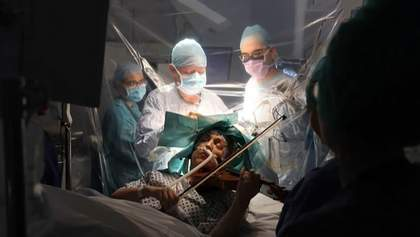 Скрипачка играла на инструменте, когда ей удаляли опухоль в мозге: уникальные фото, видео