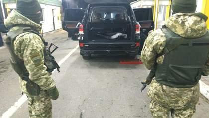 Дипломат пытался провезти через границу 3 чемодана сигарет: фото, видео