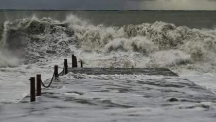 Потужний шторм вирував на Чорному морі в Одесі: фото, відео