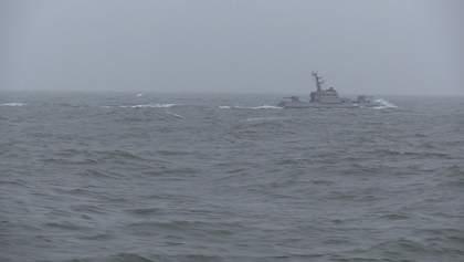 Українські судна провели навчання в Азовському морі: кораблі РФ спостерігали на відстані