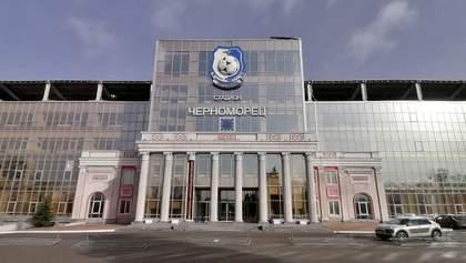 """В Одесі сильний вітер здув частину колони на стадіоні """"Чорноморець"""": фото"""