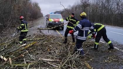 Одна загибла та 4 травмованих: що відомо про наслідки негоди в Україні