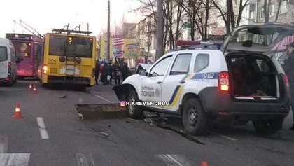 Полицейский уснул за рулем и влетел в троллейбус в Кременчуге: фото, видео
