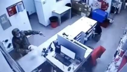 """Озброєний чоловік у Києві пограбував відділення """"Нової пошти"""": відео"""
