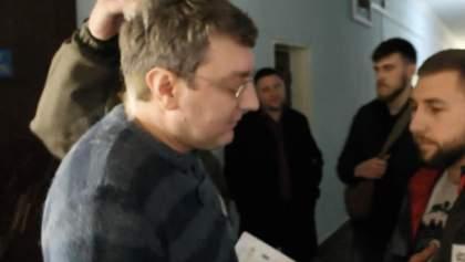 Депутат получил яйцом в голову за поздравления с 23 февраля и российский флаг: видео