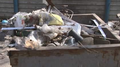 Гора відходів під вікнами гуртожитку: у Кропивницькому жителі викидають сміття просто з вікон