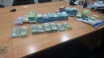 Чоловік намагався провезти в Україну колосальну суму валюти, сховавши у герметичні пакети