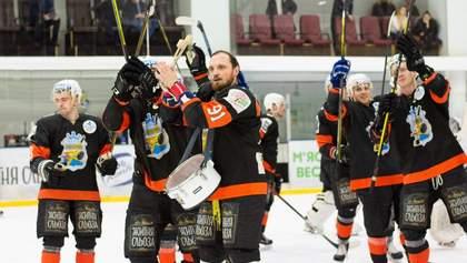 Хокеїсти влаштували справжнє шоу для вболівальників після перемоги у чемпіонаті – відео