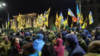 Добровольці з фаєрами прийшли під посольство Росії: відео