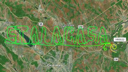 """""""Залишайтесь вдома"""": у Молдові літак лишив у небі послання"""
