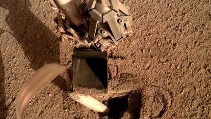 NASA полагодили апарат на Марсі, наказавши йому вдарити себе лопатою