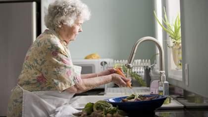 Пенсионеры могут оплатить коммуналку и заказать продукты через работников Укрпочты