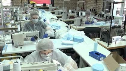 Замість модного одягу – маски: підприємства у всьому світі перепрофільовують