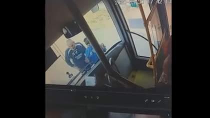 Агресивна пара розбила скло автобуса: їх не пустили в салон без масок – відео