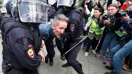 Жестокое избиение протестующих в Москве – проявление страха Путина