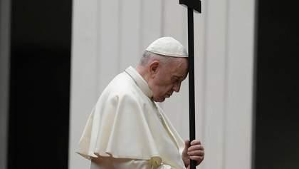 Папа Римський провів Хресну дорогу на порожній площі у Ватикані: фото