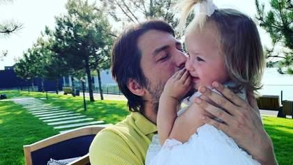 Сергій Притула показав кумедне фото з донькою: Карантин догори дригом