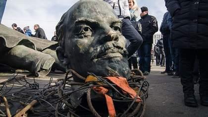 За пам'ятники і двір Росія стріляє в упор