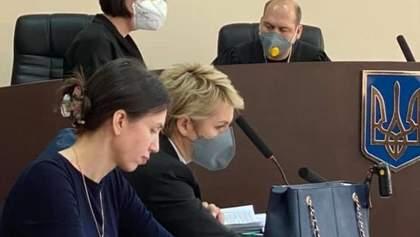 Чорновол прийшла до суду без маски, зате зі спакованою сумкою